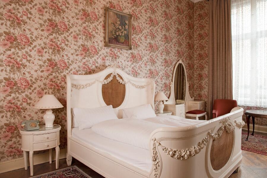 rosa Pensionszimmer mit Gründerzeit-Interieur